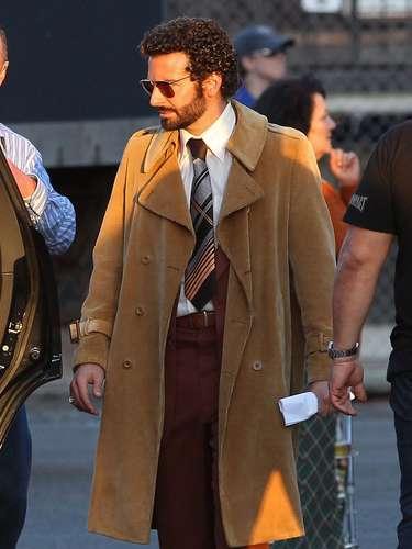 ¿Pero qué le pasó? Bradley Cooper se hizo una permanente en el cabello que ¡lo dejó como payaso!. El actor cambió de look para la película'American Hustle' que se filma enBoston. ¿Les gusta cómo se ve? ¡A nosotros definitivamente no!