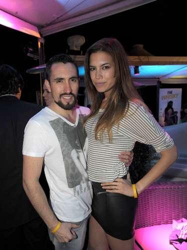 Quienes lucieron un look muy fresco para la noche en la terraza fueron Alex Aguirre y Paulina Flores.