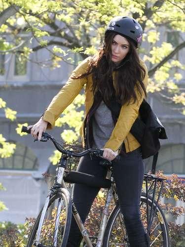 ¡No se vaya a caer! Megan Fox está filmando la película de 'Teenage Mutant Ninja Turtles' y lo hace montando una bicicleta. No sabemos cómo estén las habilidades de la actriz para andar sobre dos ruedas pero en la imagen parece que tiene un poco de dificultades.