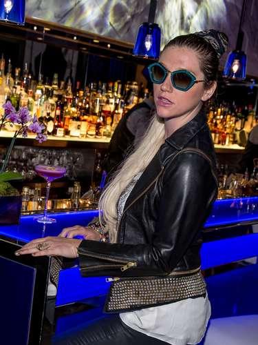 La camaleónica Ke$ha se la pasa de lo lindo en Las Vegas. La cantante se toma un merecido descanso para pasársela bien y ¿porqué no? también de bar en bar.