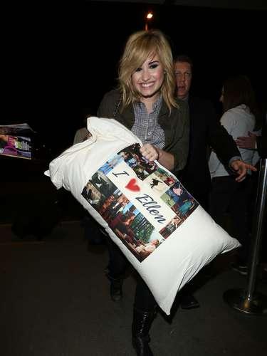 A donde quiera que viaja Demi Lovato siempre lleva su almohada. Esta vez la cantante llevó a su inseparable acompañante que le regaló Ellen DeGeneres cuando asistió a su programa. ¡Las dos celebridades duermen juntas!