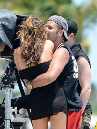 Miranda Kerr se deja consentir en una sesión de fotos que protagoniza. La súper modelo se deja abrazar y no por Orlando Bloom sino ¡por otro hombre!