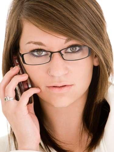 3. No confías en él. Espiar a la gente es un desgaste enorme. Hay mujeres que siguen a sus parejas a todas partes y que incluso revisan sus mensajes en el teléfono o hablas a sus llamadas entrantes. Si tienes razones para dudar, acláralo con él; si no, evita el drama. Mucho cuidado.