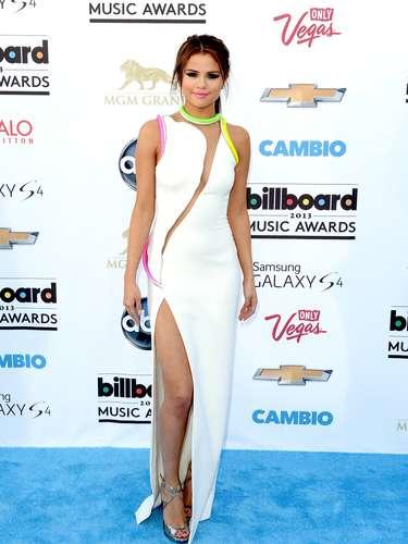 ¡Qué guapa y sexy se ve Selena Gomez! La cantante fue de las primeras en inaugurar la alfombra azul de los Billboard Music Awards 2013 luciendo simplemente sensual mostrando una pierna que salía de su vestido que la hacía lucir única