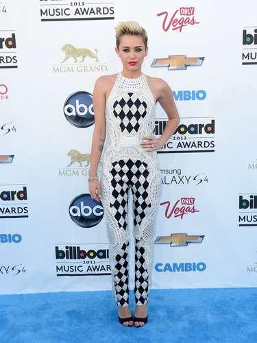 Miley Cyrus estaba vestida acorde a la temática de Las Vegas, sólo hace falta lanzar los dados o mover las fichas para una buena jugada