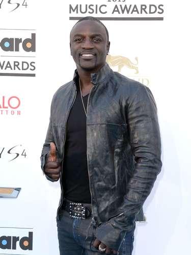 Akon es de los más talentosos cantantes del momento. El artista saluda a los fotógrafos en los Billboard