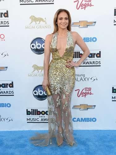 Como siempre y para no perder la costumbre, Jennifer Lopez llegó luciendo tremendo escote que dejó a más de uno impactado por su belleza y sus curvas