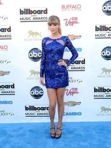 La más nominada de la noche, Taylor Swift como siempre arrasó en la alfombra azul con su belleza. La cantante cada vez luce más madura y sexy.