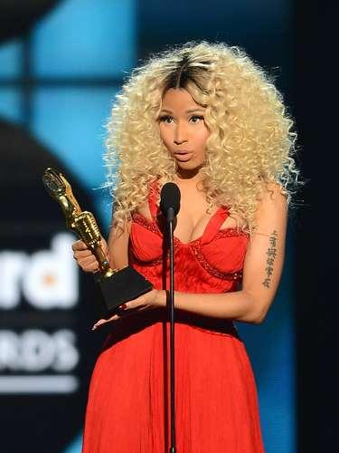 La rapera causó impacto al recibir su galardón, gracias al escote de su vestido color rojo pasión.