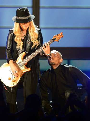 Chris Brown se puso a los pies de la guitarrista Orianthi, quien le dio un toque rockero a su popular tema \