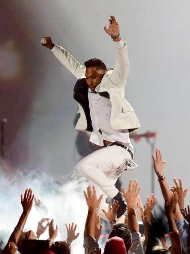 El incidente de la velada lo protagonizó el cantante Miguel, quien decidió saltar sobre un grupo de espectadores como parte de su espectáculo y en su aterrizaje impactó sobre la cabeza de una joven que, según informó Billboard, resultó ilesa.