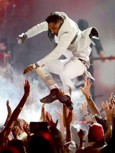 Miguel, decidió saltar sobre un grupo de espectadores como parte de su espectáculo en los Billboard Music Awards 2013. En su aterrizaje impactó sobre la cabeza de una joven, quien afortunadamente resultó ilesa.