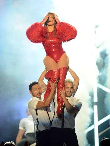 """Jennifer López se acarició sugerentemente mientrasera sostenida por sus guapos bailarines, todo estocomo parte del show que realizó para entonar por primera vez en vivo """"Live It Up""""."""