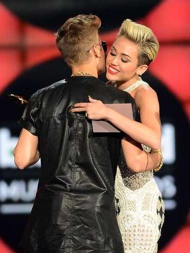 ¿Aquí hay amor? es la pregunta que nos hacemos al ver el tremendo abrazo que le dió Miley Cyrus a su colega Justin Bieber.
