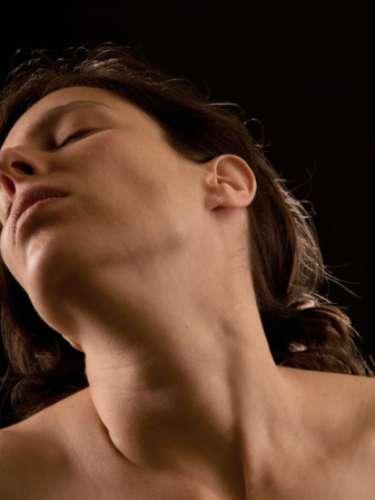 Si deseas añadir sensaciones puedes experimentar estimulando la vagina con los dedos o cualquier otro elemento que sea adecuado, es decir elaborado para ello, como un vibrador.
