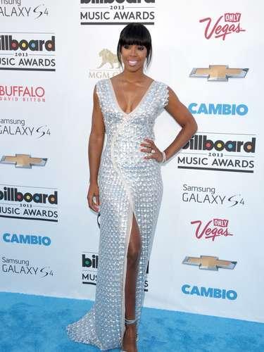 Kelly Rowland se veía bellísima en ese vestido plateado que combinaba con su piel y el perla de su sonrisa
