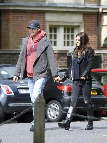Ashton Kutcher y Milka Munis siguen viviendo su amor como dos adolescentes. La pareja fue vista paseando por las calles de Londres tomados de la mano. ¡Qué romántico!