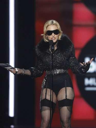 Como es su costumbre, Madonna dio un discurso poco común y catalogado como 'raro' ya que la la cantante lucía distraída y misteriosa porque portada unas gafas oscuras.