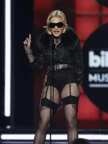 Madonna iba con gafas oscuras, medias de red y un corto short que dejaba ver su impresionante figura.