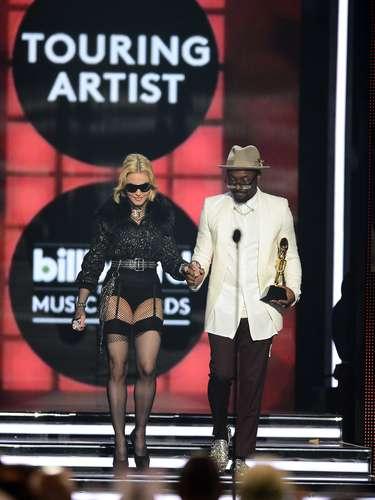 Madonna se montó casi en ropa interior a recibir su galardón por ser la mejor artista en giras.
