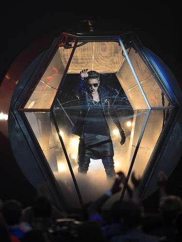 Justin Bieber causó impacto al salir a escena desde el interior de una especie de globo.