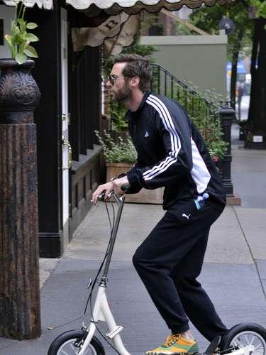 Nunca un scooter se había visto tan tentador. Hugh Jackman es un hombre práctico y que le gusta ejercitarse al mismo tiempo en que se divierte por las calles de Nueva York en su scooter.