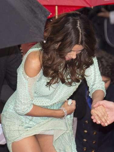 Eva Longoria se enredó con su vestido y mostró más de la cuenta. La actriz lucía un vestido color verde agua en la alfombra roja de la película 'Jimmy P'.