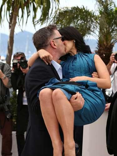 Durante el photocall de su documental 'Seducido y abandonado', Alec Baldwin, por hacerse el romántico, dejó expuesta a su esposa, Hilaria Thomas, que llevaba vestido.