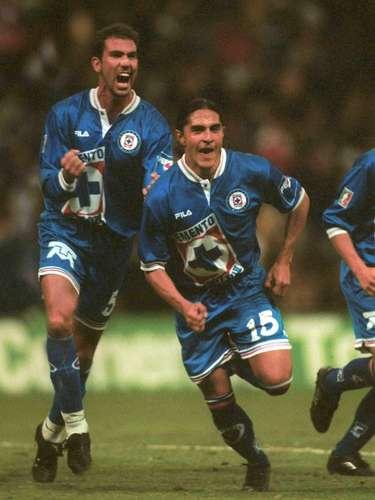 Luego de un 0-0 en la ida, Cruz Azul derrotó 2-1 a América en la vuelta de la Semifinal del torneo Invierno 1999, con goles de Juan Francisco Palencia y Diego Latorre.