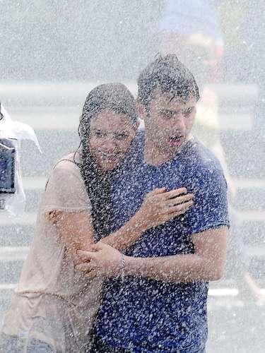 ¡Katie Holmes y Luke Kirby humedecen su amor! o bueno, eso parece. La pareja de actores sigue filmando su nueva película romántica en Nueva York donde no se quitan las manos de encima