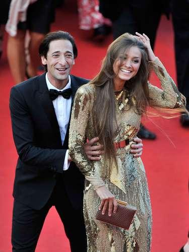 Adrien Brody intercambió besos y abrazos con su pareja, Lara Lieto, en la alfombra roja.
