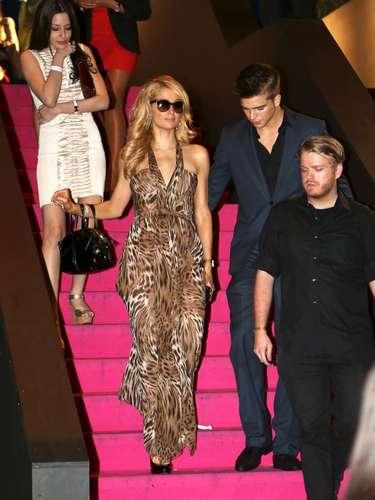 Paris Hilton fue fotografiada con un trozo de papel higiénico pegado al zapato al salir de la casa nocturna River Viiperi, en Cannes.