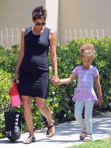 Halle con su hija Nahala luciendo su pancita por las calles de Los Ángeles, California