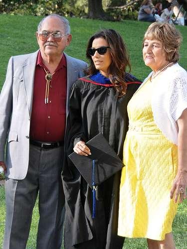 Eva Longoria se hizo acompañar por sus padres en su graduación donde recibió su título en maestría de estudios de la cultura chicana