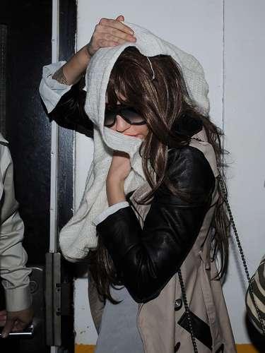 Después de su escándalo por posesión de drogas, Amanda Bynes fue vista escondiéndose de los paparazzi mientras lucía una peluca y salía de compras en Nueva York buscando más estilos para adornar su cabeza