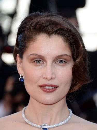 Laetitia Casta lució una sofisticada gargantilla con un pequeño diamante zafiro.