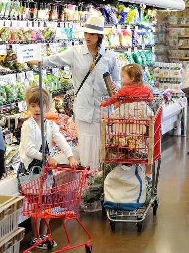 Jessica Alba a pesar de ser una súper estrella también es una mamá muy ordinaria. La actriz salió de compras acompañada por sus hijas las cuales le ayudaban con los productos para su hogar. ¡Divinas!