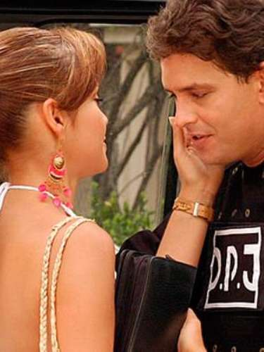 Fue protagonizada por Carolina Gómez y Abel Rodríguez. Para la realización de la serie hicieron varias entrevistas a verdaderas esposas de jefes del narcotráfico.