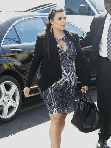 A todos lados a donde va, Kim ya tiene que ir acompañada pero eso no implica que deje el glamour de lado y luzca atrevidos diseños como este vestido que resalta su 'pechonalidad' y de la impresión de que en algún momento estallarán