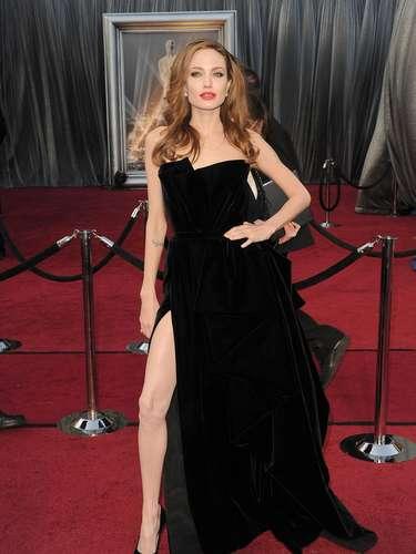Este diseño Versace Atelier permanece en la memoria de muchos. Y es que la abertura y la forma en que Angelina mostraba una de sus piernas, la hicieron blanco de todo tipo de comentarios.