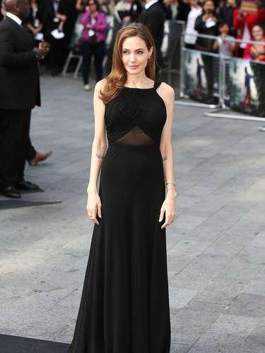 Después de darse a conocer que se sometió a una mastectomía, la actriz reapareció ante la prensa con un elegante vestido Saint Laurent de corte sencillo.