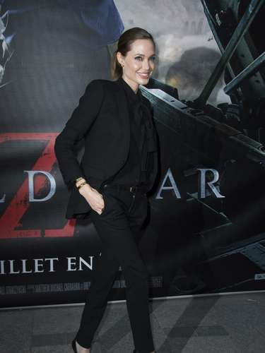 La pareja de Brad Pitt también ha apostado ahora por looks andróginos en total black. Sus blusas destacan por llevar aplicaciones al frente.