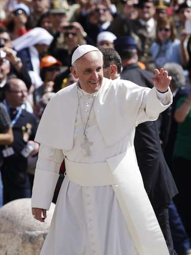 Pope Francis waves as he arrives to lead his Wednesday general audience at Saint Peter's Square at the Vatican June 5, 2013. REUTERS/Max Rossi (VATICAN - Tags: RELIGION)