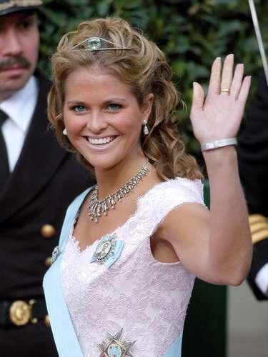 Magdalena de Suecia nació el 10 de junio de 1982. Es la hija menor de los reyes de Suecia. Es la cuarta en la línea de sucesión de la Corona de Suecia.