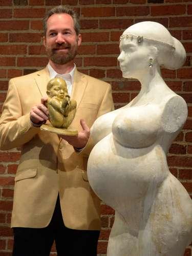 Aprovechando lo mediático del embarazo de la estrella, el artista plástico Daniel Edwards presentó un escultura inspirado en la belleza de Kim Kardashian desnuda y embarazada.