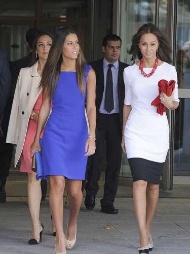 Para su gran día Ana optó por un sencillo vestido azul, mientras Tamara, de rosa, prefirió no quitarse la gabardina.