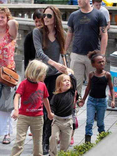 Los hijos de Brad Pitt,Maddox, Zahara, Pax, Knox, Vibienne y Shiloj, tiene una muy amorosa y apegada relación con sus hijos que hasta se rumora, que duermen todos en la misma cama junto con su madre Angelina Jolie.