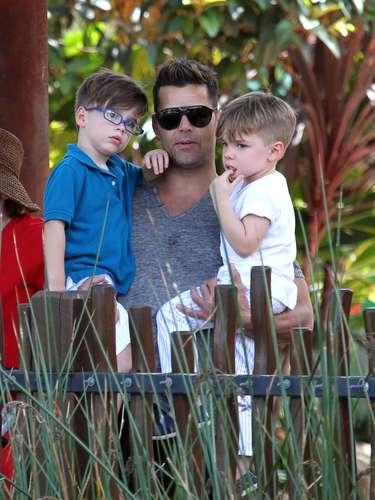 A Matteo y Valentino se les puede ver felices de la mano de Ricky Maritin, quien los consiente en todo momento