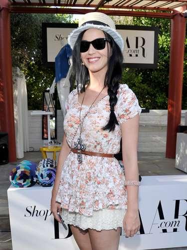 De otro lado, aparece unestilo completamente diferente.Katy Perry es la perfecta exponente del estilo 'Hippie Chic' sobre su atuendo. La tendencia puede llevarse con estampados cubiertos de flores y colores, telas de encaje, seda y gamuza.