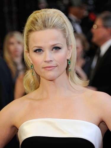 Reese Witherspoon llevó el cabello inspirado en los 60, clásico, elegante y muy favorecedor. Es una cola alta muy glamorosa con volumen en la parte superior que le da un gran estilo.